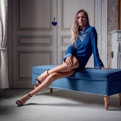 Tunique longue à col écharpe et manches longues en maille de coton bleu  / 65 euros
