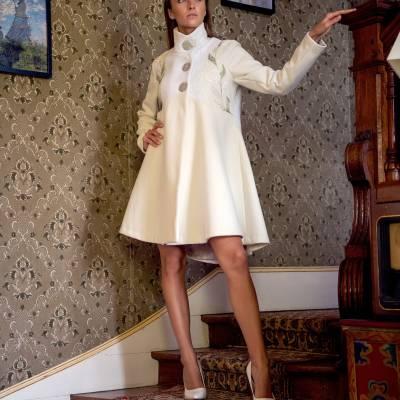 Manteau Spencer de forme trapèze en drap de laine ivoire et dentelle brodé à la main 295 euros T38