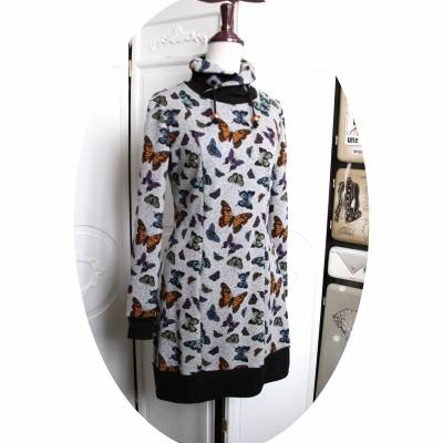 Robe sweatshirt col montant en molleton gris imprimé papillons et détails noirs 85 euros S,M,L ou XL