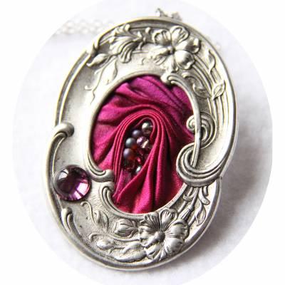 Collier médaillon ovale en ruban de soie shibori rose fuchsia et cadre argenté Art Nouveau 49 euros