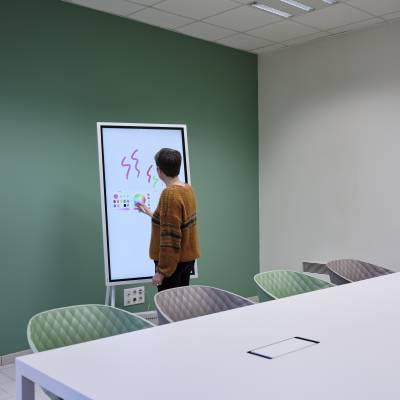 salle de réunion de 10 à12 personnes avec paperboard interactif