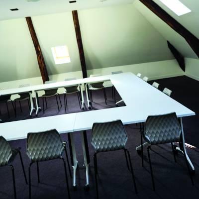 salle de réunion pour 20 à 25 personnes équipée d'un grand écran et du système Clickshare de Barco