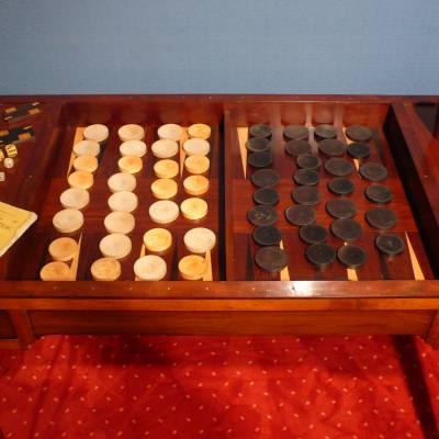 Bureau transformable en Table à jeux dite tric-trac en acajou d'époque Restauration.