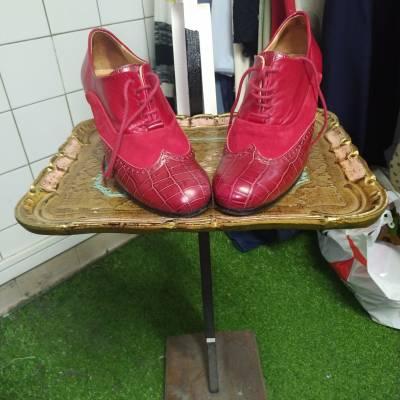 Chaussures rouges petit talon pointure 38. 10 €